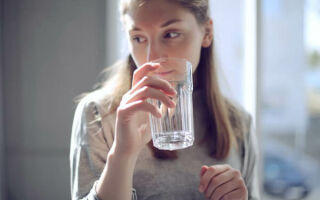 Когда лучше пить воду после еды